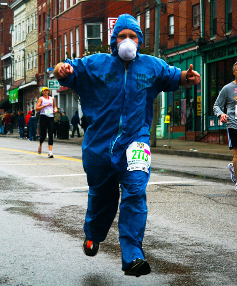 H1N1 swine flu costume at Pittsburgh Marathon 2009
